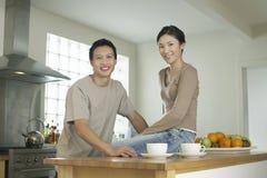Ζεύγος στο φραγμό κουζινών στοκ φωτογραφία με δικαίωμα ελεύθερης χρήσης