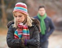 Ζεύγος στο χειμερινό περίπατο μέσω του παγωμένου τοπίου στοκ εικόνες με δικαίωμα ελεύθερης χρήσης
