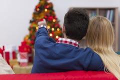 Ζεύγος στο χρόνο Χριστουγέννων Στοκ Φωτογραφίες