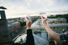 Ζεύγος συγκομιδών που στέλνει τα αεροπλάνα εγγράφου στοκ φωτογραφία με δικαίωμα ελεύθερης χρήσης
