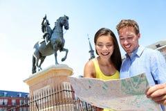 Ζεύγος ταξιδιού της Ευρώπης που εξετάζει το χάρτη στη Μαδρίτη στοκ φωτογραφίες με δικαίωμα ελεύθερης χρήσης
