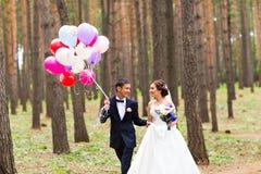 Ζεύγος της νύφης και του νεόνυμφου με τα μπαλόνια Στοκ Εικόνα