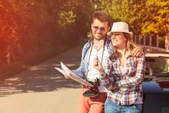 Ζεύγος τουριστών που εξετάζει το χάρτη στο δρόμο Στοκ Φωτογραφίες