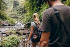 Ζεύγος τουριστών που περπατά από το ρεύμα Στοκ φωτογραφίες με δικαίωμα ελεύθερης χρήσης