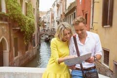Ζεύγος τουριστών στη Βενετία που εξετάζει το χάρτη πόλεων στοκ εικόνα με δικαίωμα ελεύθερης χρήσης