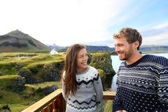Ζεύγος τουριστών στο ρομαντικό ταξίδι στην Ισλανδία Στοκ Εικόνα