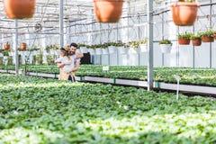 Ζεύγος του νέου αγκαλιάσματος κηπουρών στοκ φωτογραφία με δικαίωμα ελεύθερης χρήσης