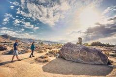 Ζεύγος του τουρίστα κοντά στην αρχαία ζωγραφική πετρών στοκ εικόνες