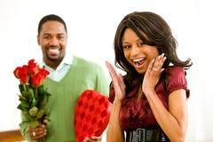 Ζεύγος: Το άτομο φέρνει τα ρομαντικά δώρα Στοκ Φωτογραφίες