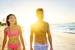 Ζεύγος τρόπου ζωής παραλιών που περπατά στην παραλία στο ηλιοβασίλεμα Στοκ εικόνες με δικαίωμα ελεύθερης χρήσης