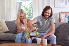 Ζεύγος τρόπου ζωής που έχει τον καφέ στοκ εικόνα