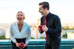 Ζεύγος των επιχειρηματιών, ελκυστικό άτομο brunette και αρκετά ξανθός Στοκ Φωτογραφία