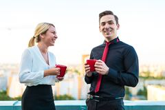 Ζεύγος των επιχειρηματιών, ελκυστικό άτομο brunette και αρκετά ξανθός Στοκ εικόνες με δικαίωμα ελεύθερης χρήσης
