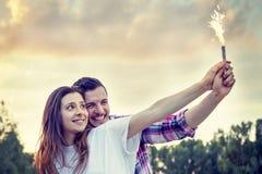 Ζεύγος των εραστών που έχουν τη διασκέδαση υπαίθρια σε ένα θερινό ηλιοβασίλεμα Στοκ εικόνα με δικαίωμα ελεύθερης χρήσης