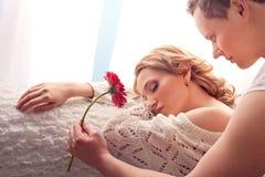 Ζεύγος των εραστών. Το άτομο παρουσιάζει το λουλούδι στοκ εικόνα με δικαίωμα ελεύθερης χρήσης