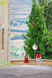 Ζεύγος των θηλυκών φίλων σταυροδρόμια στους Tuscan λόφους στοκ εικόνες