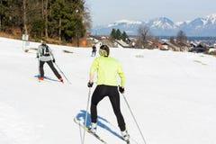 Ζεύγος των κοριτσιών που έχουν τη διασκέδαση στη διαγώνια να κάνει σκι χωρών διαδρομή Στοκ φωτογραφία με δικαίωμα ελεύθερης χρήσης