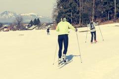 Ζεύγος των κοριτσιών που έχουν τη διασκέδαση στη διαγώνια να κάνει σκι χωρών διαδρομή Στοκ Φωτογραφία
