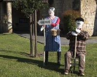 Ζεύγος των κουκλών σκιάχτρων αχύρου στην έκθεση κήπων στοκ φωτογραφίες με δικαίωμα ελεύθερης χρήσης