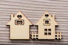 Ζεύγος των μικρών ξύλινων σπιτιών (1 στην εστίαση) Στοκ φωτογραφία με δικαίωμα ελεύθερης χρήσης