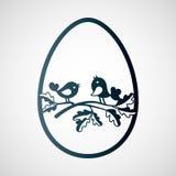 Ζεύγος των μικρών πουλιών στον κλάδο της βαλανιδιάς μέσα σε ένα αυγό Πάσχας Στοκ Εικόνες