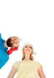Ζεύγος των νέων και ευτυχών εφήβων στα καπέλα Χριστουγέννων Στοκ φωτογραφία με δικαίωμα ελεύθερης χρήσης