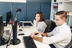 Ζεύγος των νέων σχεδιαστών που εργάζονται στο σύγχρονο γραφείο Στοκ εικόνες με δικαίωμα ελεύθερης χρήσης