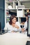 Ζεύγος των νέων σχεδιαστών που εργάζονται στο σύγχρονο γραφείο Στοκ φωτογραφία με δικαίωμα ελεύθερης χρήσης