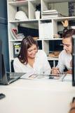 Ζεύγος των νέων σχεδιαστών που εργάζονται στο σύγχρονο γραφείο Στοκ Φωτογραφίες