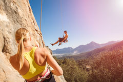 Ζεύγος των ορειβατών βράχου στο belay σχοινί Στοκ Εικόνες