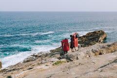 Ζεύγος των ορειβατών με τον εξοπλισμό που κατεβαίνει στους βράχους Στοκ εικόνα με δικαίωμα ελεύθερης χρήσης