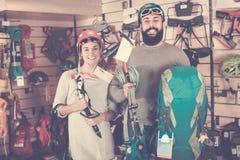 Ζεύγος των ορειβατών που εξετάζουν τα στοιχεία εξοπλισμού αλπινισμού Στοκ Φωτογραφίες