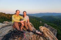 Ζεύγος των ορειβατών που στηρίζονται και που απολαμβάνουν την όμορφη θέα φύσης Στοκ Φωτογραφία