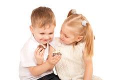 Ζεύγος των παιδιών που ταΐζουν σε μεταξύ τους τα μπισκότα. Στοκ φωτογραφία με δικαίωμα ελεύθερης χρήσης