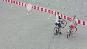 Ζεύγος των ποδηλατών μπροστά από τον κλειστό δρόμο στοκ φωτογραφίες με δικαίωμα ελεύθερης χρήσης