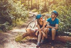 Ζεύγος των ποδηλατών που έχουν ένα υπόλοιπο Στοκ εικόνες με δικαίωμα ελεύθερης χρήσης