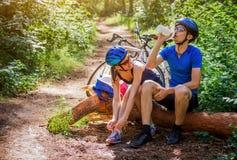 Ζεύγος των ποδηλατών που έχουν ένα υπόλοιπο Στοκ Εικόνες