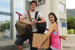 Ζεύγος των σπουδαστών που κινούνται μέσα προς την πανεπιστημιούπολη στοκ εικόνες