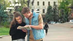 Ζεύγος των τουριστών που διαβάζουν το χάρτη πόλεων υπαίθρια απόθεμα βίντεο