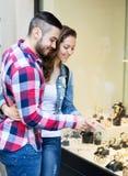 Ζεύγος των τουριστών που επιλέγουν wristwatch Στοκ φωτογραφία με δικαίωμα ελεύθερης χρήσης