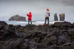 Ζεύγος των τουριστών που φωτογραφίζουν την ηφαιστειακή παραλία Mosteiros Στοκ φωτογραφία με δικαίωμα ελεύθερης χρήσης