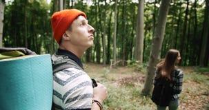 Ζεύγος των τουριστών Backpacked που περπατούν στο δάσος απόθεμα βίντεο