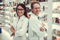 Ζεύγος των φαρμακοποιών στοκ φωτογραφία με δικαίωμα ελεύθερης χρήσης