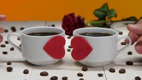 Ζεύγος των φλιτζανιών του καφέ εραστών Ρομαντικός για την ημέρα βαλεντίνων φιλμ μικρού μήκους