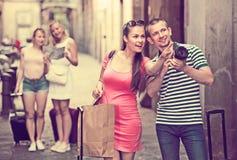 Ζεύγος των χαμογελώντας τουριστών που κρατούν τη κάμερα στα χέρια στοκ εικόνες