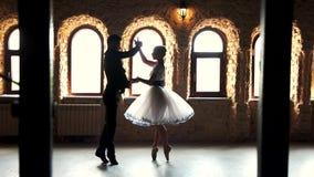Ζεύγος των χορευτών μπαλέτου που εκπαιδεύουν στο στούντιο φιλμ μικρού μήκους