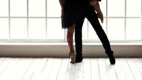 Ζεύγος των χορευτών που ασκούν τις κινήσεις πριν από την απόδοση απόθεμα βίντεο