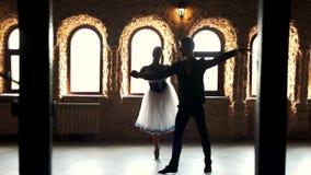 Ζεύγος των χορευτών που ασκούν το χορό στο στούντιο φιλμ μικρού μήκους