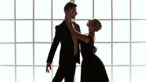 Ζεύγος των χορευτών στη θέση μπαλέτου στο στούντιο απόθεμα βίντεο