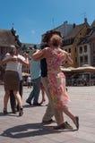 Ζεύγος των χορευτών τανγκό στην κύρια θέση με άλλους χορευτές στο φεστιβάλ τανγκό άνοιξη Στοκ εικόνα με δικαίωμα ελεύθερης χρήσης